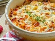 Рецепта Вкусна картофена запеканка с пилешко месо, замразени зеленчуци, яйца, сирене Моцарела и сметана запечени на фурна